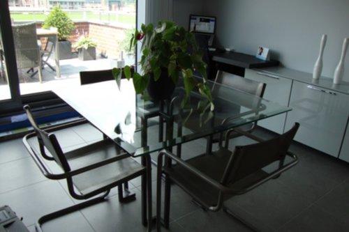 Meubelen mooie glazen tafel met 4 lederen stoelen for Lederen stoelen